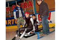 Bratři Lukáš (s čepičkou) a Antonín Brožovi před odjezdem na SP trénovali starty, které jsou pro závody sáňkařů velmi důležité. Právě v nich oba rodáci ze Smržovky ztráceli cenné vteřiny. Snímek na trenažerů na ledové ploše zimního stadionu v Jablonci.