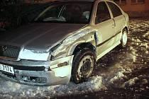 Opilý řidič nezvládl při útěku před policejní hlídkou řízení a boural do zaparkovaného vozu. V úterý před půl jedenáctou v noci začala policejní hlídka pronásledovat Škodu Octávii, kterou řidič ujížděl ulicí Dr. Randy.