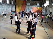 Dva věhlasní zahraniční mistři bojového umění, aikido a taichi, vedou sportovní kemp v nejvýše položené osadě Jizerských hor na Jizerce.