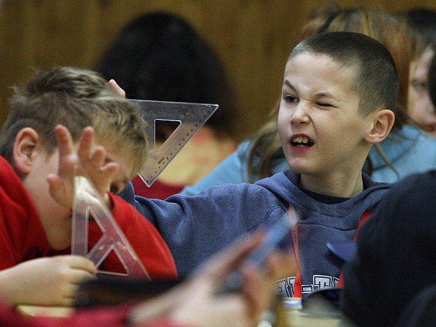 Téměř stovka žáků pátých a devátých ročníků základních škol a gymnázií se ve středu zúčastnila matematické olympiády, která se konala tradičně na Gymnáziu Dr. Randy.