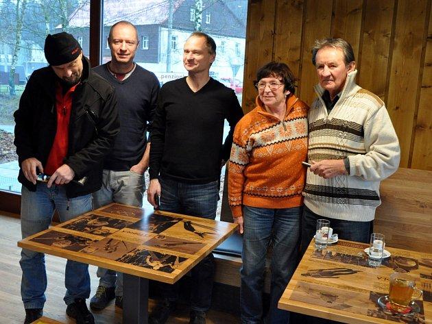 Slavnostního otevření nového lyžařského areálu v Albrechticích se zúčastnili také slavní sportovci z našeho regionu. Byli mezi nimi například Pavel Benc, Jiří Malec nebo Alena Bartošová.