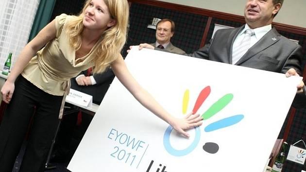K budoucímu pořadatelství Zimního evropského olymijského festivalu mládeže (EYOWF) pořádal Liberecký kraj setkání s novináři. Při této příležitosti pokřtili oficiální logo této sportovní akce. Veronika Vysloužilová a Stanislav Eichler.