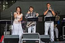 Hudební festival Eurion s tradičními letními slavnostmi pokračoval 18. srpna v lesoparku u Parkhotelu na Smržovce. Na snímku je vystoupení Bohemia Universal Band.