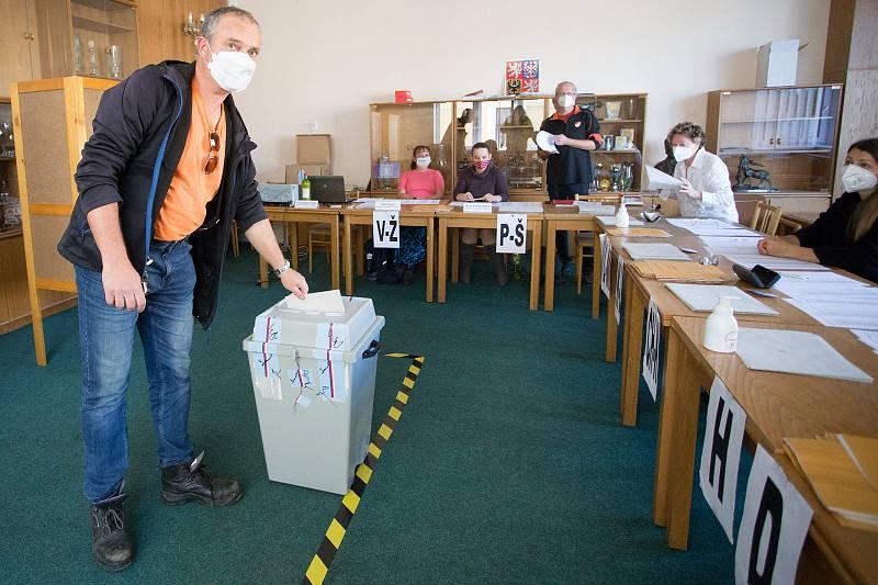Volby do Poslanecké sněmovny probíhají i v okrsku, který je umístěn v železnobrodské sokolovně.