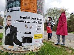 VENKOVNÍ REKLAMNÍ PLOCHY si Rekonstrukce státu pronajala v blízkosti kanceláří dotčených poslanců. Stanislava Mackovíka za KSČM v Libereci.