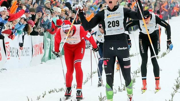 Trojice vítězů číslo 209 Švéd Svard Oskar, číslo 184 Nor Thomas Alsgaard a číslo 2 Stanislav Řezáč, projíždí cílovou čarou.