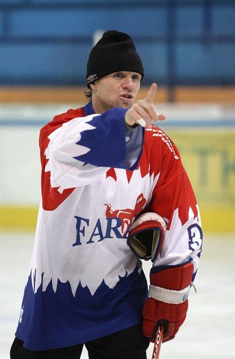 Fotbalisté Baumitu si zahráli hokej. Na snímku asistent trenéra Michal Šmarda.