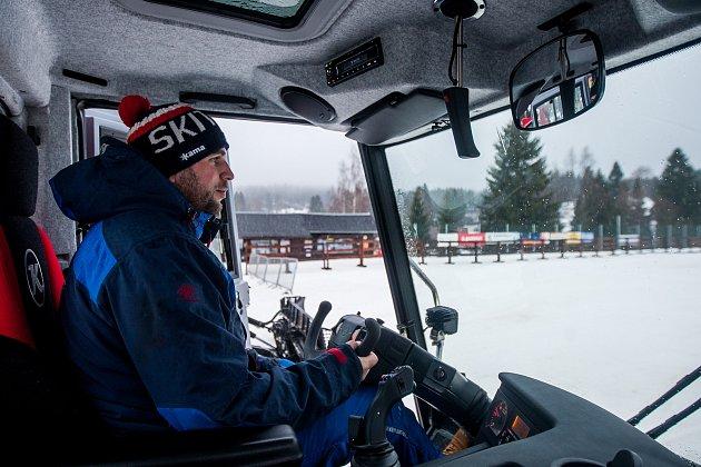 Rolbař Martin Kunc, který se stará oúpravu Jizerské magistrály, pózuje urolby na snímku z1. února vBedřichově.