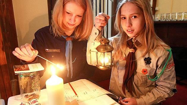 Jablonečtí skauti rozdávají Betlémské světlo v zimní kapli kostela Nejsvětějšího srdce Ježíšova v Jablonci na Horním náměstí.