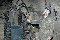 Houska je brána do podzemí. Hrad nedaleko Bezdězu a Kokořína hlídají tajemné bytosti. Tvrdí to i zdejší kastelán Miroslav Konopásek.Tajemnou legendu připomínají zdejší odlehčené akce, například čertí jarmarky.