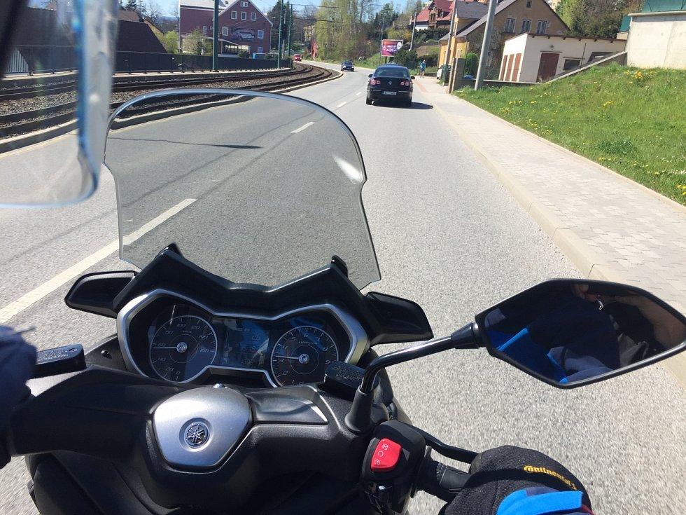 Skútr je velmi praktickým dopravním prostředkem, pokud se jedná o jízdu ve městech, do práce, za zábavou ale nemusíte se s ním bát vyjet i na delší trasy.