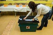 První den prvního kola volby prezidenta České republiky v Jablonci nad Nisou. Předsedkyně volební komise pečetí na snímku z 12. ledna urnu po ukončení hlasovení ve 22 hodin.