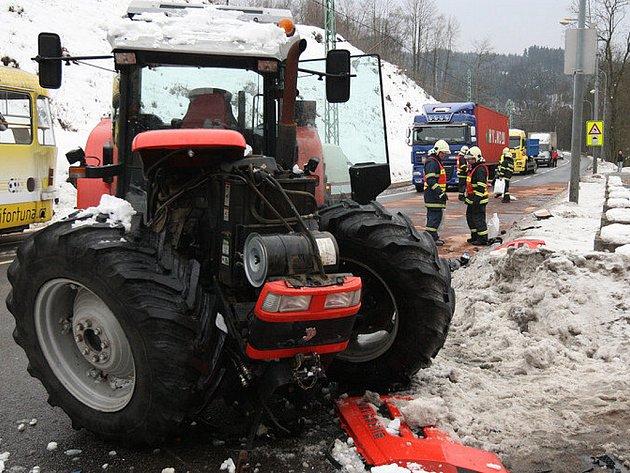 K vážné dopravní nehodě došlo v pátek na ulici Liberecká. Řidič traktoru se plně nevěnoval řízení, vyjel do protisměru a narazil do protijedoucího vozu Ford Fusion. Ten byl nárazem odmrštěn na zaparkovanou Škodu Favorit.