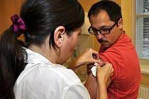 O výhodnosti očkování proti chřipce přesvědčují hygienici, epidemiologové i lékaři. Očkovat se neachal i redaktor Libor Tampier.
