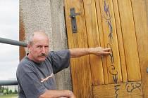 Na jablonecké přehradě opět řádili sprejeři, poničili dveře a čerstvě natřené zábradlí na hrázi jablonecké přehrady, jak ukazuje hrázný Jiří Chmelař.