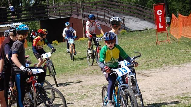 V jabloneckých Břízkách se konal cyklistický závod jablonecká 6hodinovka, kterou pořádal DDM Vikýř Jablonec. Závodu tříčlenných družstev se zúčastnili i členové Ski clubu Wolfganga Sameschce z Lučan. Na snímku s číslem 13 vyráží na trať Jiří Kočíb.