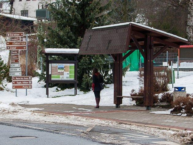 Autobusová zastávka v Zásadě na Jablonecku na snímku ze 7. prosince.