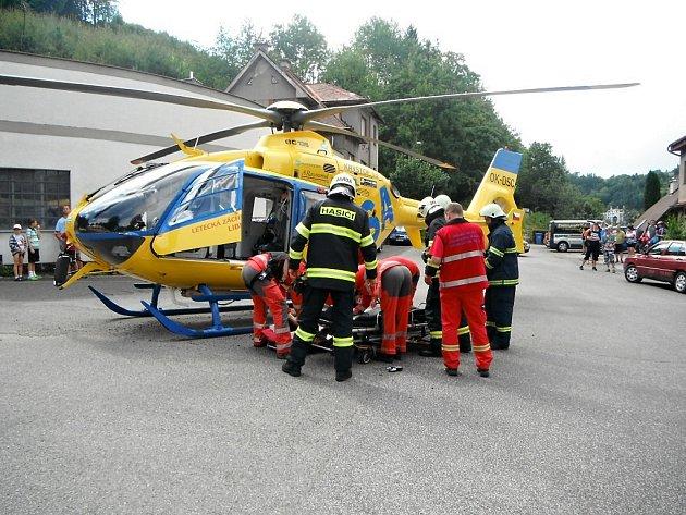 K nehodě letěl záchranářský vrtulník.
