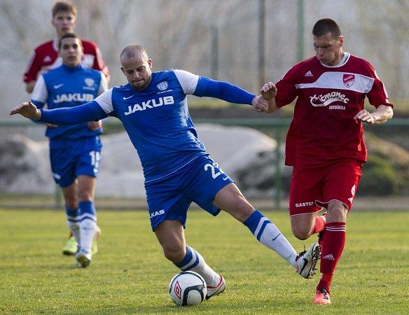 Fotbalisté Mšena porazili Českou Lípu (vmodrém) 2:0.