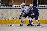 Zápas 40. kola 2. ligy ledního hokeje skupiny Západ se odehrálo 14. února na zimním stadionu v Jablonci nad Nisou. Utkaly se týmy HC Vlci Jablonec nad Nisou a HC Děčín. Na snímku vlevo je Jiří Peřina.