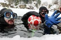 Čtveřice potápěčů s kvalifikací Ice Diver si v sobotu v zatopeném lomu v Jesenném zahrála fotbal pod vodou. Byl to už třetí ročník této akce.