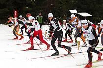 V  jabloneckých Břízkách proběhl mezinárodní lyžařský FIS závod. Na snímku start žen do sobotního Ski duatlonu, zcela vpředu (černá čepice) pozdější vítězka Klára Moravcová.