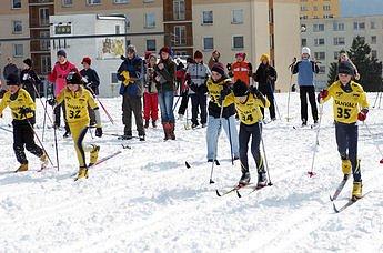 Tento čtvrtek 27.03.2008 se uskutečnil v rámci 8. ročníku závodu o Pohár běžce Tanvaldu na lyžařských tratích u lesíka další lyžařský závod žáků mateřských a základních škol Tanvaldu a okolí. Na snímku start kategorie 3. tříd. Zcela vpravo s č. 35 pozdějš