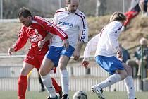 Favorizované Maršovice (v červeném) doma prohrály s Rovenskem brankou v samotném závěru zápasu.