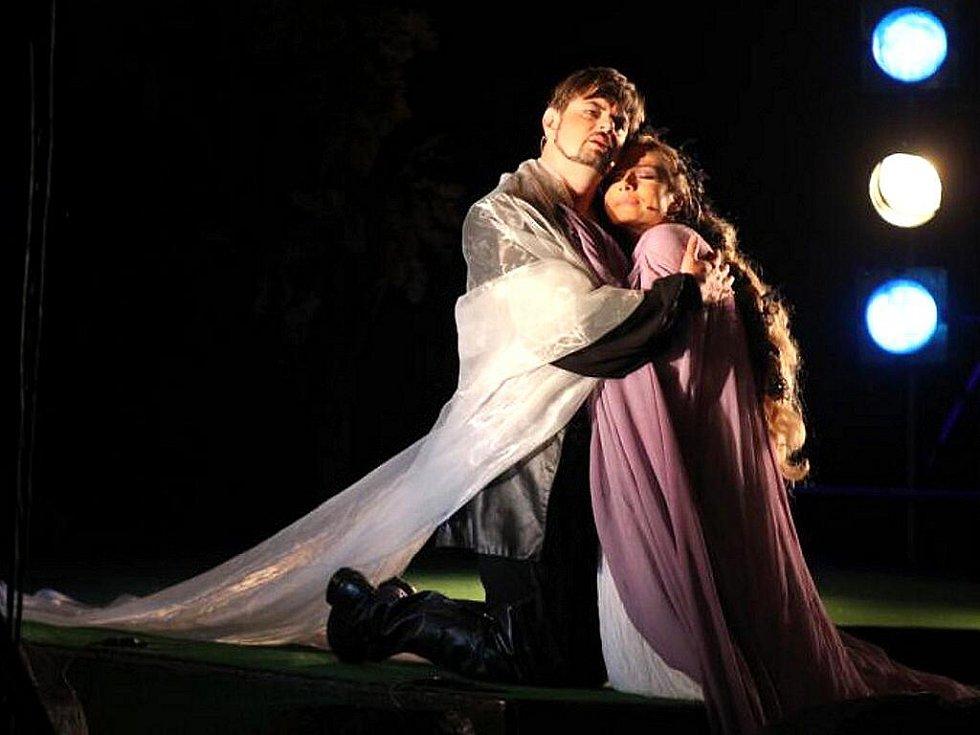 Velký zájem provázel nejslavnější operu Antonína Dvořáka o vodní víle Rusalce, se kterým ansámbl hostoval v sobotu na Státním zámku Sychrov. V roli čarodějnice se představila Andrea Kalivodová.