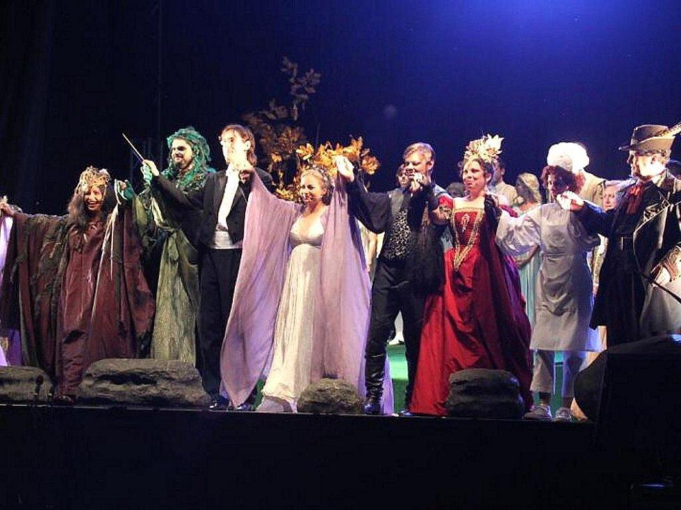Velký zájem provázel nejslavnější operu Antonína Dvořáka o vodní víle Rusalce, se kterým ansámbl hostoval v sobotu na Státním zámku Sychrov. V nezkrácené verzi ji zazpívali umělci za doprovodu čtyřicetičlenného orchestru přímo pod širým nebem.