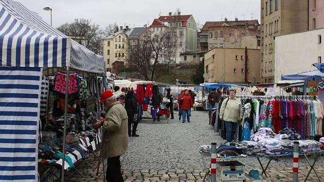 Čtvrteční trhy s textilním zbožím letos začaly na novém místě u autobusového nádraží