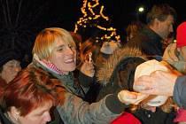 Prvního prosince slavnostně rozsvítili v Rychnově na náměstí vánoční strom.