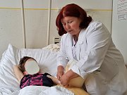 Ve Vysokém nad Jizerou léčí deformované zápěstí u dětí s pomocí speciálního přístroje.