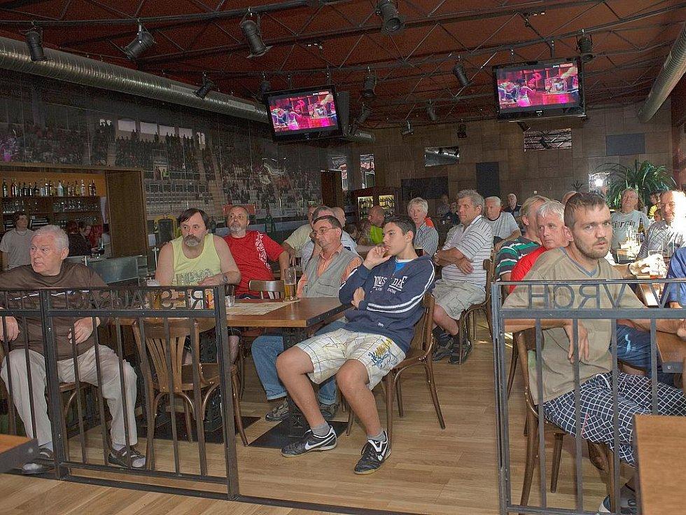V restauraci Žižkův vrch v Jablonci nad Nisou se ve středu konalo tradiční setkání zástupců FK BAUMIT Jablonec se zelenobílými fanoušky.