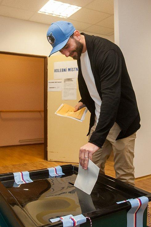Hokejista Jakub Mulač z týmu HC Vlci Jablonec nad Nisou odevzdal 20. října v Jablonci nad Nisou svůj hlas ve volbách do Poslanecké sněmovny Parlamentu České republiky.