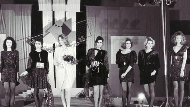 Pavlína Němcová (v bílém) a Eva Herzigová (vpravo). Na snímku z roku 1988 finále v Trenčíně  a kolekce modelů Milana Bačavčíka z Prahy s názvem Nevěsta a deset pozůstalých, který svou kategorii tehdy vyhrál.