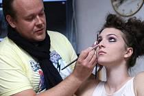 Špičkový vizážista Petr Lukeš studentům oboru Fashion desing Střední školy uměleckořemeslné a oděvní v Liberci předvedl, jak z modelky vytvořit líčením křehkou porcelánovou panenku.
