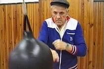 OBR S OCELOVOU PĚSTÍ. OLDŘICH MARKOVIČ se věnoval mladým boxerům v Jablonci od roku 1972. Vychoval nejeden talent. Jeho velké rohovnické srdce dotlouklo 29. června 2001.
