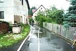 Přívalová voda z místního potoka zaplavila zahradu, sklep a přízemí dvou rodinných domů v Koberovech. Profesionální hasiči ze Semil spolu s dobrovolnými kolegy z Koberov a Železného Brodu pomáhali čerpat vodu a snažili se odklonit další přívaly vody.