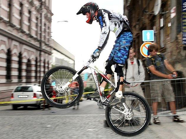Elteq Down Town Jablonec 2008. Dolů městem přes překážky se v sobotu vydalo 150 dovážných jezdců, mezi nimi jedno děvče na sjezdových speciálech. Sjezdu  předcházela exhibice ve skocích na kole na rampě.