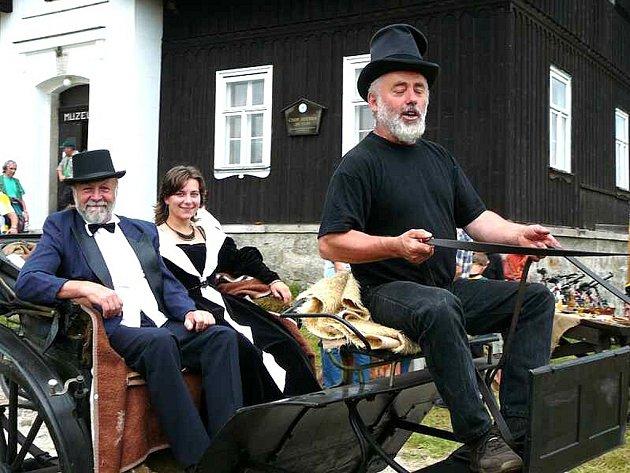 Na Jizerku v sobotu naplánovali příjezd a uvítání majitele skláren F. A. Riedla s jeho chotí kočárem.