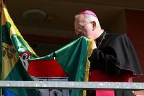 Žehnání praporu obce Zlatá Olešnice Janem Baxantem, biskupem litoměřickým, se stalo jedním z vrcholů sobotních oslav pátého výročí nové sokolovny ve Zlaté Olešnici.