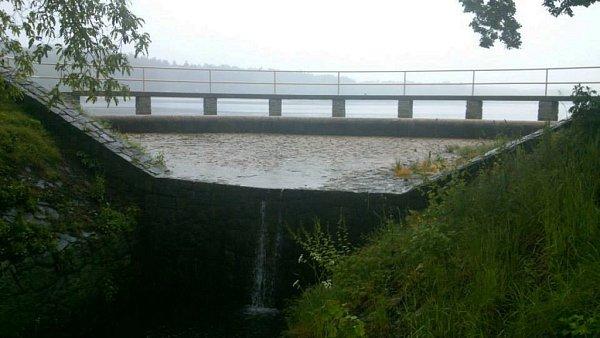 Bezpečnostní přeliv Hamerského jezera zatím vzhledem ke včasnému odpouštění vody odolává…stav 1.6.2013v18 hodin