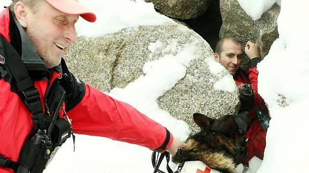 Patnáct psovodů se psy absolvovalo v pátek v kamenolomu Hraničná pravidelnou zkoušku ve vyhledávání osob. Pavel Hořejší s osmiletým Benjim zažili dramatický moment, kdy se pes po vyštěkání figuranta nad strží zachytil zadní nohou o větev.