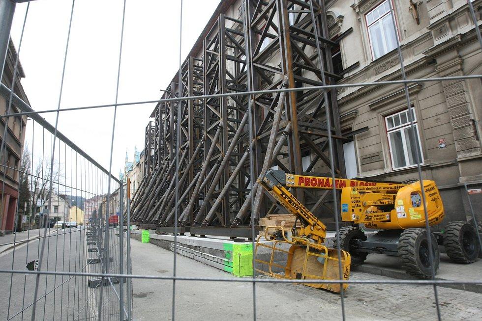 Vzpěry na budově hrozící zřícením v ulici Podhorská v Jablonci nad Nisou