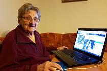 """Je ročník 1928… Anna Bučinová z Jablonce sice nemá počítač úplně """"v malíku"""", ale internet patří k jejímu běžnému životu."""