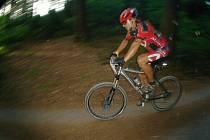 BOREC. Velmi dobře zvládál extrémní cyklistický závod MTB 24 hodin na kole jablonecký Petr Salaba.