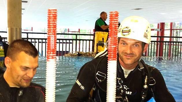 PŘÍPRAVY V POTÁPĚČSKÉ VĚŽI v libereckém bazénu v pátek vyvrcholily stavbou lešení. Dnes ve 14 hodin se pokusí překonat dva roky starý rekord.
