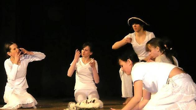 V krajském kole Dětské scény se objeví i divadelníci z DDM Vikýř. Jejich inscenace Sirotek Kassasuk zvítězila v Desenském medvědovi.