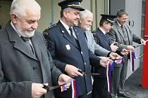 V Tanvaldu otevřeli novou požární stanici. Hasiči se sem přestěhují z nedalekých Velkých Hamrů, kde sídlili v nevyhovujícím prostoru. Nová hasičárna je detašované pracoviště a bude tady sloužit jedno požární družstvo s velitelem.